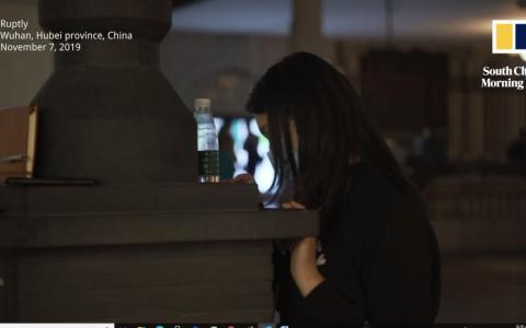 Cột đèn đường hỗ trợ sạc điện thoại