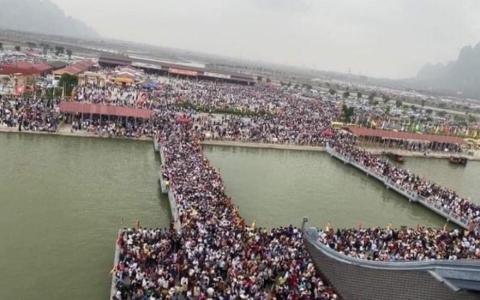 Hàng nghìn du khách chen nhau đi chùa Tam Chúc