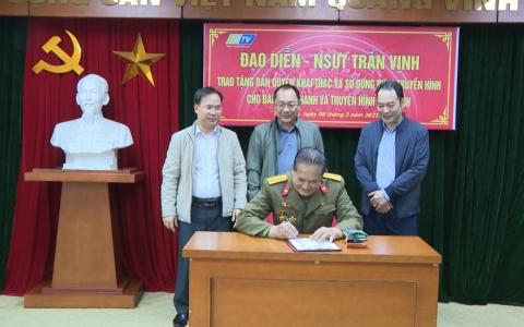 Nghệ sĩ ưu tú Đạo diễn Trần Vịnh trao tặng phim cho Đài Phát thanh và Truyền hình Thái Bình
