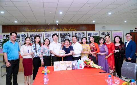 """Nhóm thơ văn """"Búp trên cành"""" tặng sách Thư viện Khoa học tổng hợp tỉnh Thái Bình"""