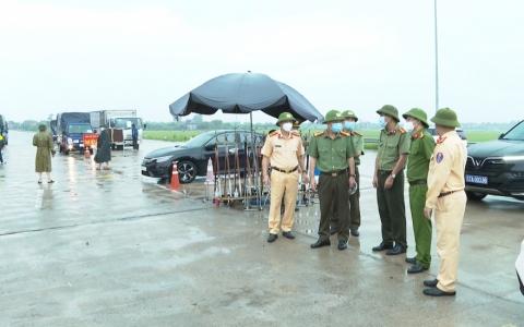 Đồng chí Giám đốc Công an tỉnh kiểm tra các chốt phòng, chống dịch Covid-19
