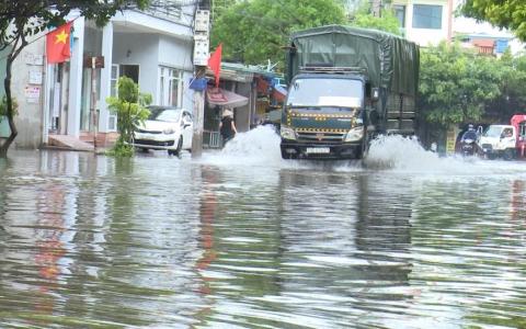 Mưa lớn, nhiều tuyến đường thành phố Thái Bình bị ngập